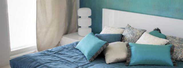 高級ベッドの定番!クッション枕コーデで豪華さを演出