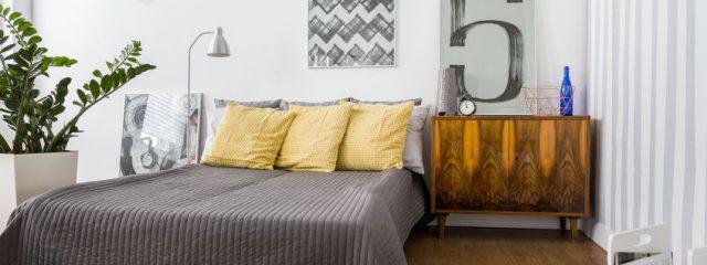 豪華なベッドカバーでホテルライクな寝室コーディネート