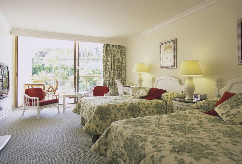 キング・クイーンサイズのベッドを主役にしたリゾートコーデ
