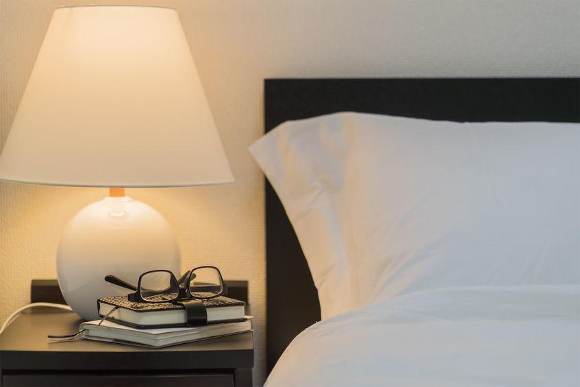 意外と悩むベッドのタイプに合わせたサイドテーブルの選び方