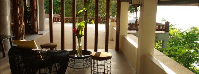 アジア調のサイドテーブルでバリ風リゾートインテリアを演出