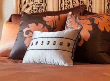 海外のベッドメイキングに学べ!高級ホテルみたいな枕の配置とその役割