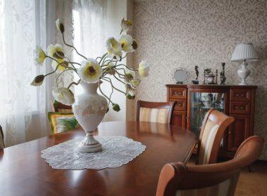 花のオブジェや花瓶でつくるクラシカルなインテリアコーデ