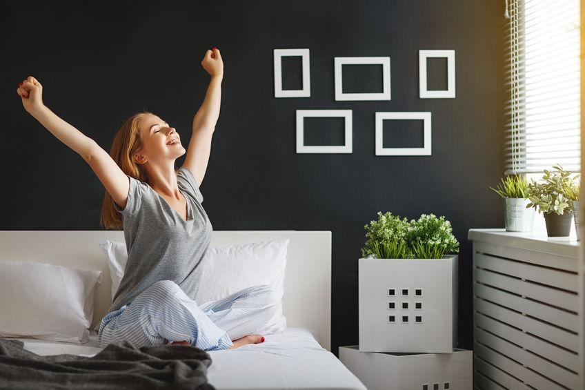 アクセントクロスでコントラストを効かせたスタイリッシュな寝室の作り方1