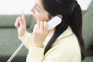 電話をかける女性