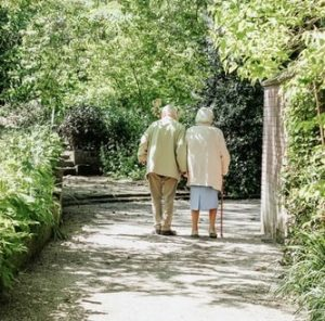 寄り添って歩く老夫婦